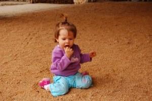 Ejemplo de geofagia. Los infantes son muy propensos a llevarse a la boca todo objeto que esté en su campo visual como forma de testar el mundo. No debemos confundir este inocente comportamiento infantil con el trastorno alotrofágico.