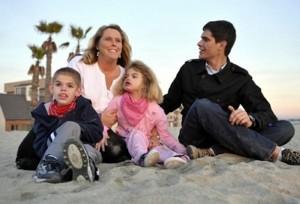 Familia con sus dos hijos afectados por síndrome de Sanfilippo. Observen los rasgos faciales toscos a los que hacían referencia Autio.
