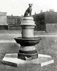 Estatua en homenaje al perrito marrón.