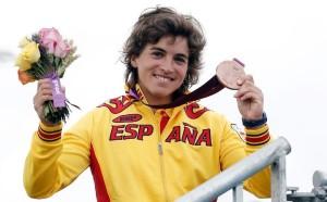 Maialen Chourraut mostrando su medalla de bronce conseguida en Londres 2012.