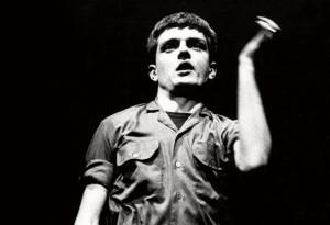 Ian Curtis, vocalista y líder de la banda de post-punk Joy Division. Fue idea suya que el book art de su álbum debut homenajeara al púlsar PSR B1919+21.