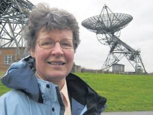Jocelyn Bell frente a un radiotelescopio, instrumento que posibilitó su descubrimiento. Gracias a un radiotelescopio pudo registrar las ondas de radio provenientes del púlsar PSR B1919+21.