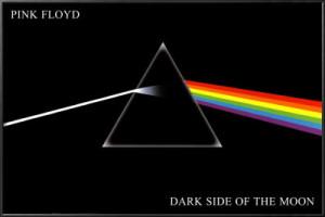 Portada del ábum Dark Side of the Moon de Pink Floyd, la cual reproduce el experimento de Newton donde describe la descomposición de la luz blanca.