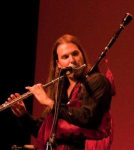 Narci Lara, cofundador de la banda de folk metal Saurom, es el encargado de dar a través de flautas y gaitas el característico sonido a la banda de San Fernando, siendo compositor asimismo de muchas de las letras del grupo.