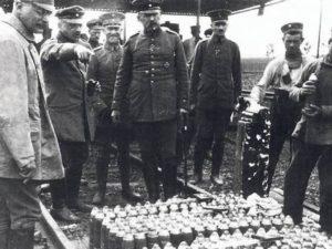Fritz Haber en el frente, inspecciona que todo esté en orden para el próximo ataque de las tropas alemanas. Haber fue un miembro destacado del ejército alemán por sus contribuciones a la guerra química.